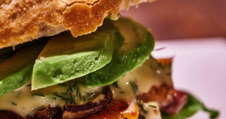 Lachs Burger mit Avocados und Dill Honig Sauce