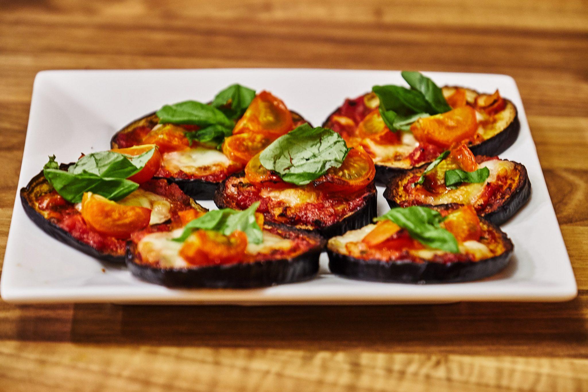 Einfache Auberginen Pizza mit Mozzarella
