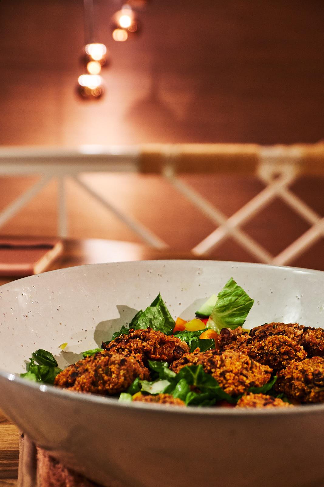 Schwarze Bohnen Falafel mit Quinoa